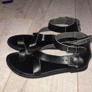 UT buckle side 6.5 black gladiator sandals toering